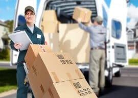 מובילים מעמיסים קרטונים למשאית