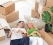 זוג שוכב מאושר על הרצפה לאחר שעבר הובלה מוצלחת