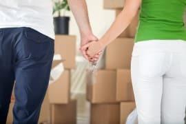 זוג שמתכונן להובלה אוחז ידיים