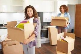 שתי בחורות עוברות דירה ומחזיקות ארגזים בידיים