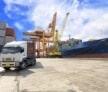 משאית ומנוף שמשמשים להובלות