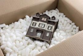 דגם של בית שמור בתוך ארגז עם קלקר