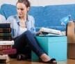בחורה יושבת על הרצפה ואורזת חפצים