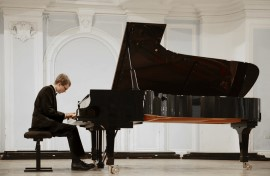 אדם מנגן על פסנתר שצריך להובילו למקום אחר