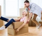 זוג משתעשע בעת אריזת תכולת דירה
