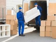מובילים מעמיסים תכולת משרד למשאית