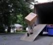 מעמיסים ארגזים על משאית הובלה