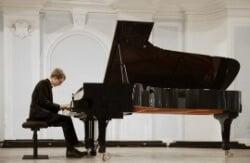 אדם מנגן בפסנתר, שנכלל בהובלות מיוחדות