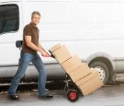 מוביל מעביר עגלה עם ארגזים