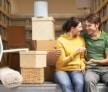 זוג יושב בפתח של משאית שלוקחת את החפצים לאחסון