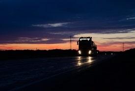 משאית הובלות בלילה
